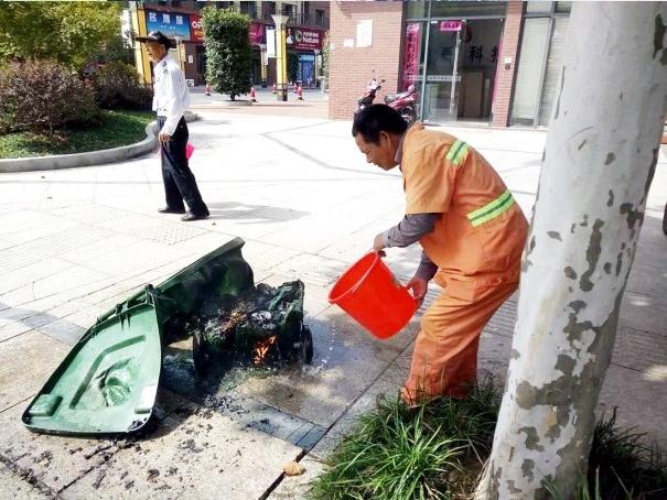 垃圾桶是为了让居民生活更方便,可一些陋习往往会对这些设施造成损坏。9月19日,位于升平南街的一个垃圾桶起火,起火原因可能是有市民将未熄灭的烟头投入所致。 在现场,记者看到,绿色的垃圾桶几乎被烧得所剩无几,里面的垃圾已变成灰烬,隐约可以看出一摞废纸、塑料袋等生活垃圾,两个橡胶轮子也已被烧变形,火被扑灭后,还发出噼里啪啦的声响。开始以为是发生火灾了呢,刚开始燃烧的时候味道特别大。正在对烧毁后的垃圾桶进行处理的环卫工人告诉记者,走近才发现是垃圾桶着火了。 垃圾桶为何着火?在场的不少市民猜测,这个地方人流量大