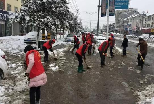 县教体局组织机关干部职工开展扫雪活动-风雪之中 宣传系统在行动图片